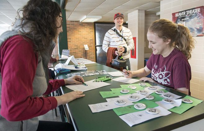 Students at the Lakeside Food Court on Feb. 6 sign thank you cards that were collected and mailed to donors as a project of the Student Alumni Association.