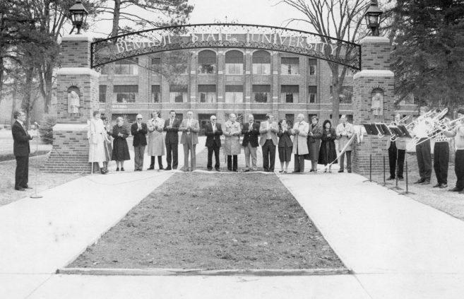 Dedicating the BSU Alumni Arch outside Deputy Hall in 1990.